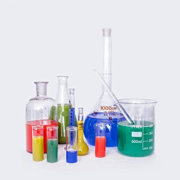 Provrör fyllda med vätskor i olika färger
