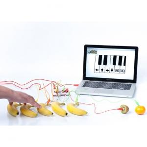 Programmeringsverktyget Makey Makey kopplar samman bananer och en dator med sladdar