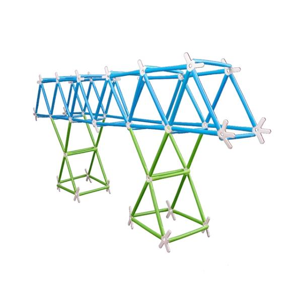 En bro byggd av ihopsatta plastkonstsruktioner