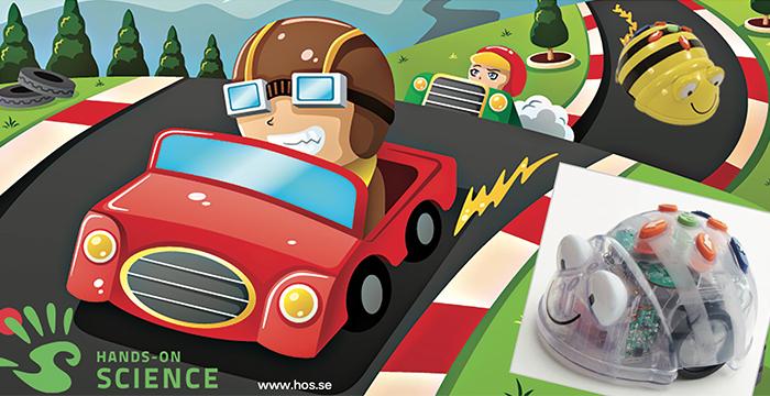 Tecknad bild med en person med racingmössa som kör en röd bil snabbt på en väg. I högra hörnet en Blue-Bot